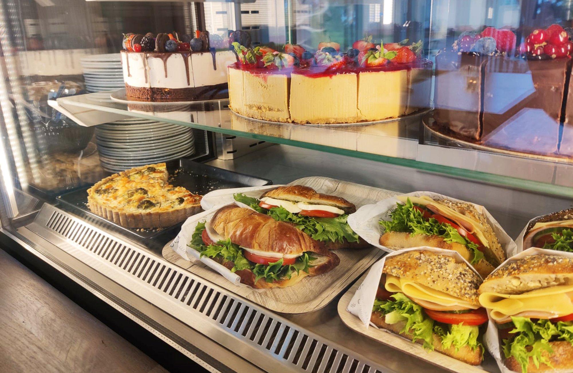 Kirkkoharjun Kahvila tarjoaa paikan päällä valmistettuja herkkuja.