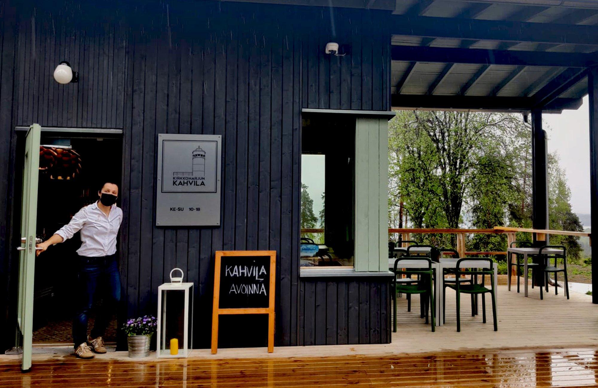 Kirkkoharjun kahvila 2000x1300 - 2Kirkkoharjun Kahvilan tarjonnasta voi nauttia ulkona huikeissa maisemissa.