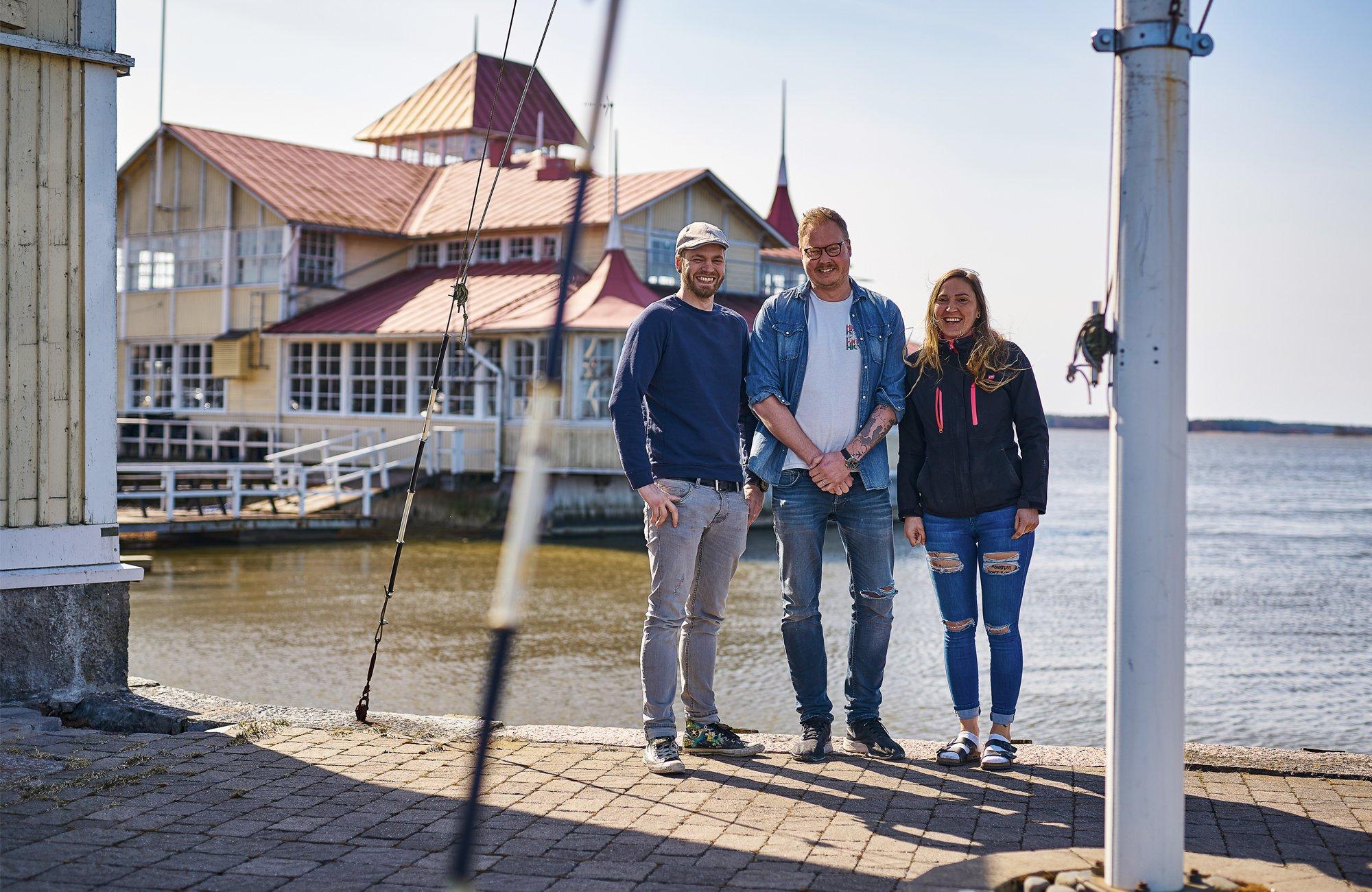 Knipanin ostivat Jessica Lindroos, Aaro Tukiainen-Lindroos ja Juho Tanska.