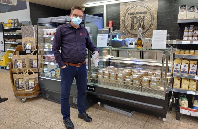 K-Citymarket Mikkolan kauppias Kalle Wahlroos esittelee pastavitriiniä.