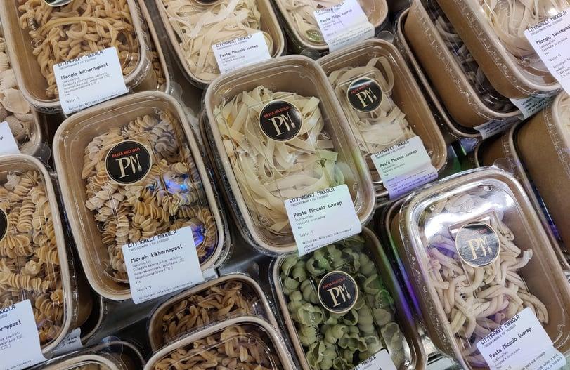 Pasta pakataan Mikkolan pastatehtaalla biohajoaviin rasioihin.