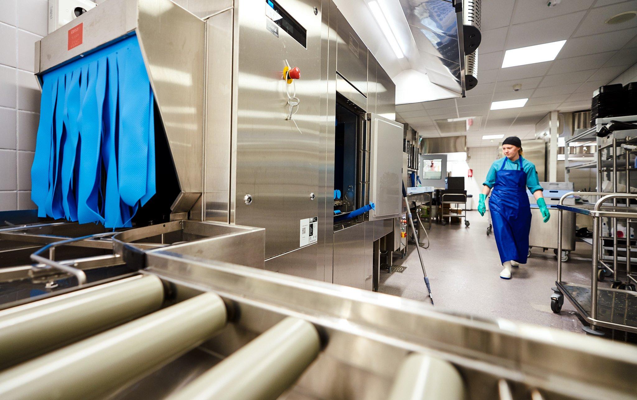 Liminganlahden keskuskeittiön Meiko UPster -korikuljetinastianpesukone