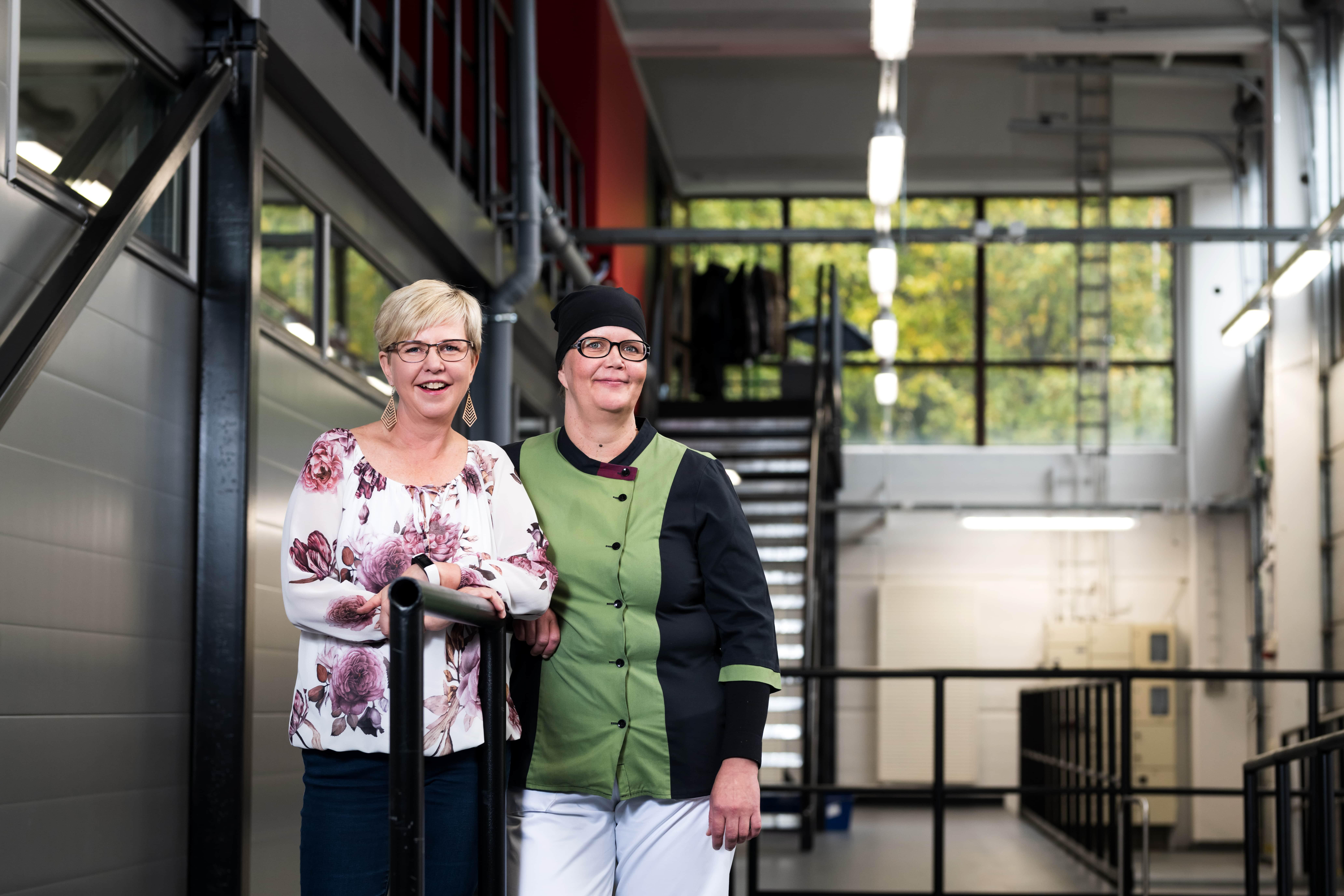 Suunnittelija Elina Lahti ja ruokapalveluesimies Johanna Salonen