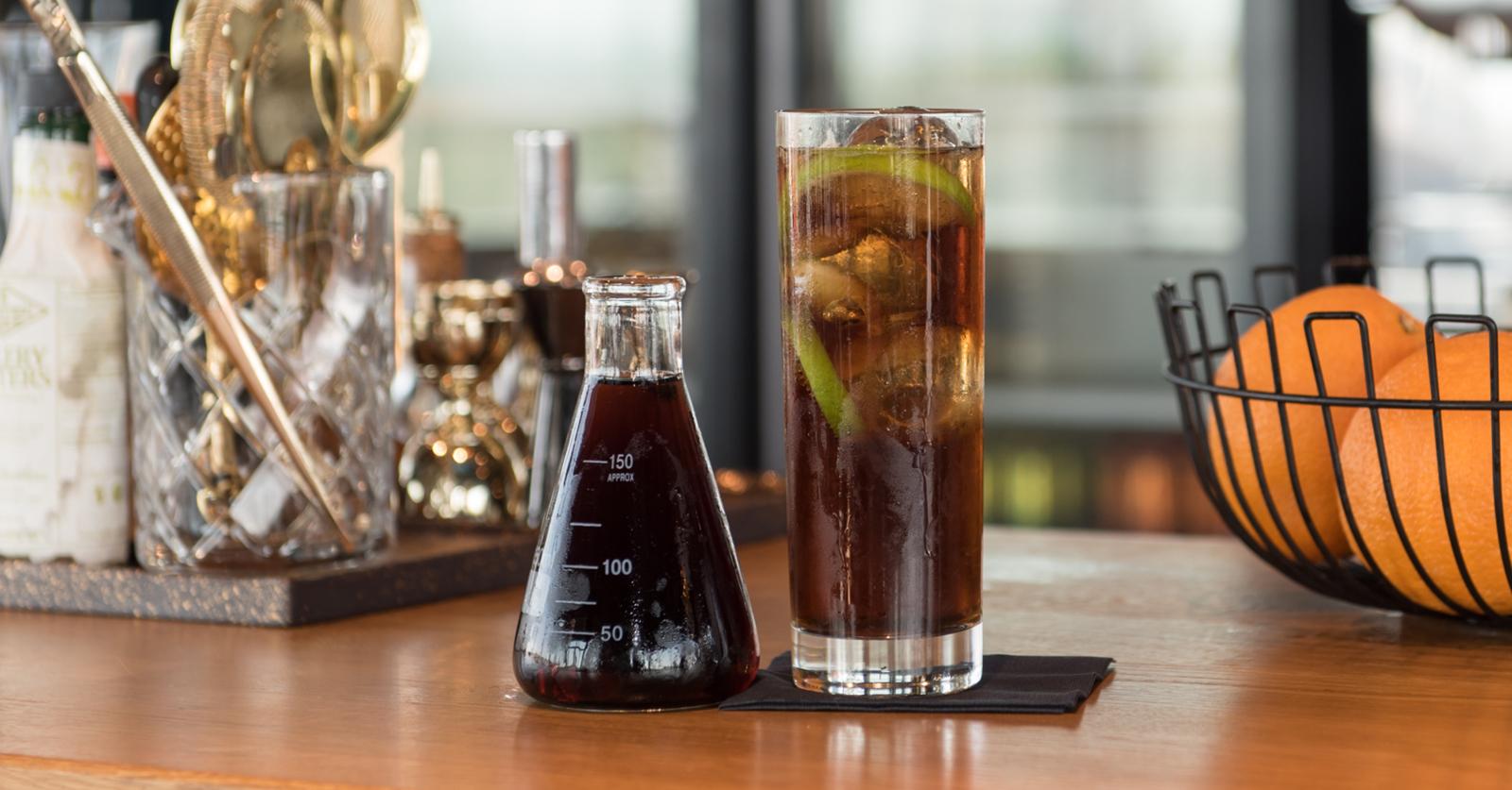 Rommikola Chicago-lasissa ja coca-cola Libbey:n Erlenmeyerpullossa.