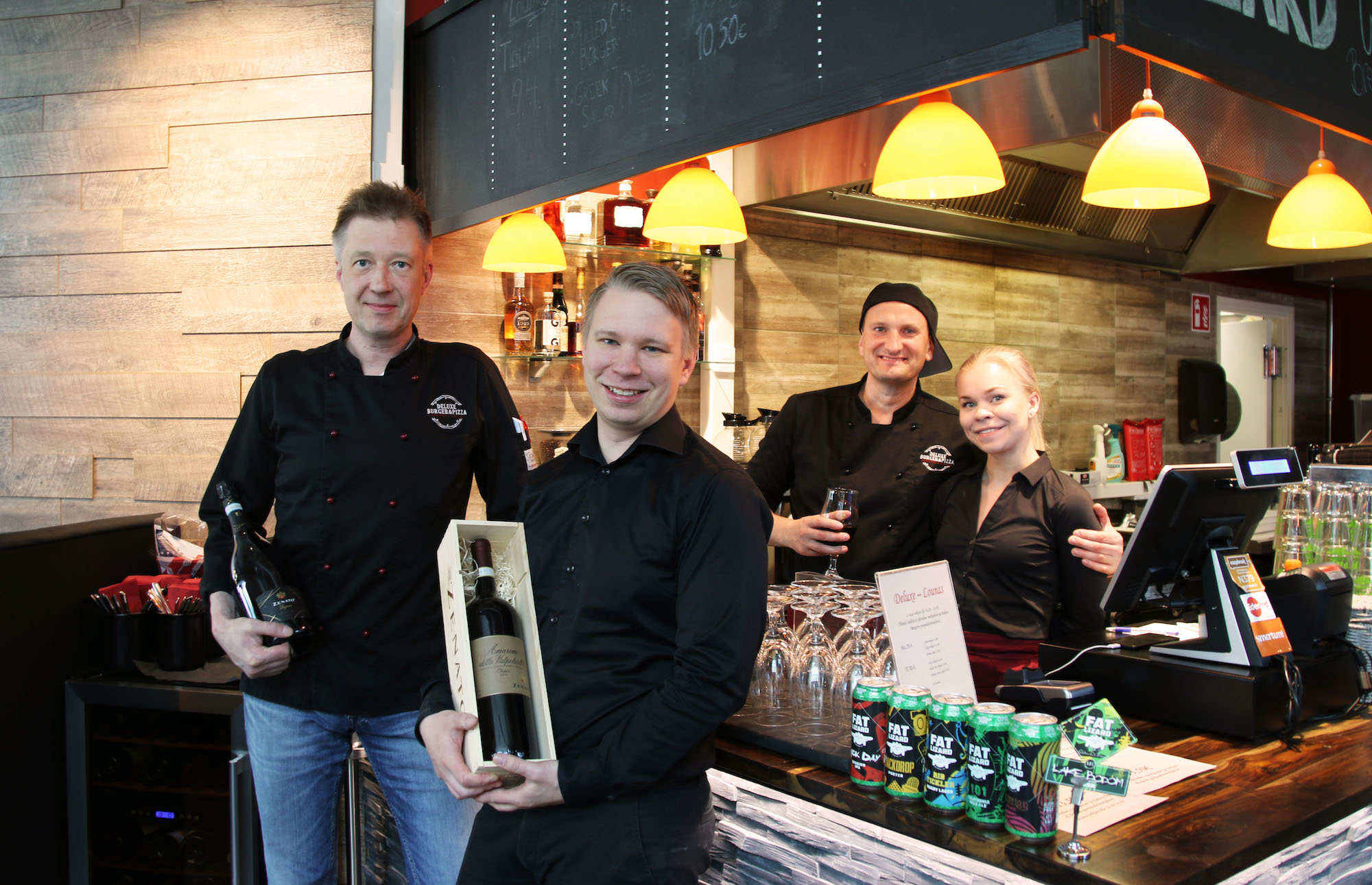 Deluxe Burger & Pizza Tony, Mikko ja henkilökuntaa