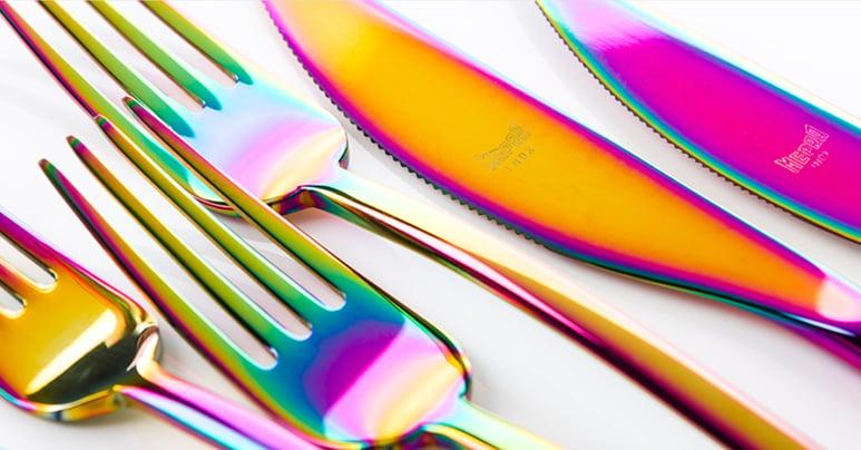 Mepra – Sateenkaari-pinnoite antaa aterimille värikkään ilmeen, jossa heijastuu kaikki sateenkaaren sävyt.